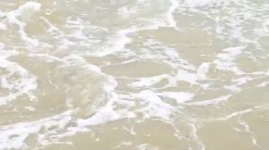 Waves slides over the stone — Stock Video