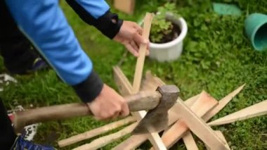 Chopping firewood — Stock Video
