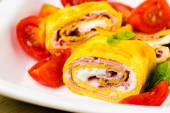 Egg rolls with cheese cream,  ham and tomatoes — Photo
