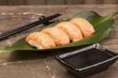 Sushi syake set on green leaf with soy sauce and sticks — 图库照片