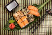 Sushi set on green leaf — Stock fotografie
