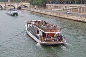 Walk on the Seine. — Stock Photo