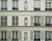 White neoclassical facade of a Paris — Stock Photo