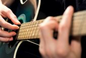 Man playing on the guitar — Stock Photo