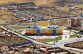 Prestigious school on the outskirts of the city near the elite residential area. Ulaanbaatar, Mongolia — Stock Photo