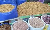 Orzech i różnego rodzaju ziarna w workach. Rynek żywności w Tbilisi — Zdjęcie stockowe