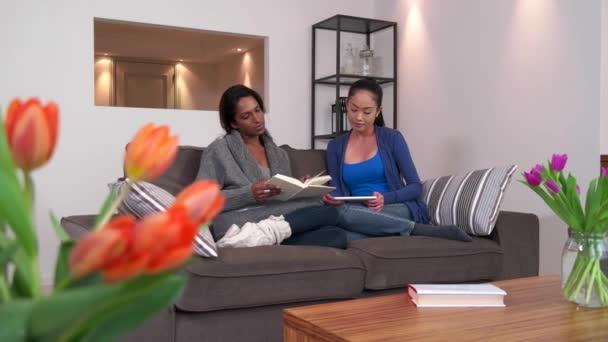 Rilassarsi a casa donne lesbiche coppia ragazze omosessuali famiglia sul divano video stock - Video sesso sul divano ...