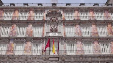 Plaza Mayor and spanish flags. — Stock Video