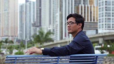 Portret 8of10 dumny, szczęśliwy, azjatycki biznesmen uśmiechnięty, człowiek, Menedżer — Wideo stockowe
