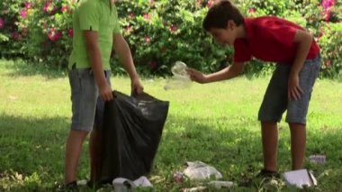 10of18 Kids, children cleaning park, people, ecology, environment, trash, waste — Stock video