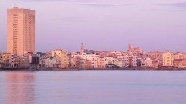 Cuba, Havana, Malecon promeade, Caribbean sea, buildings, skyline at sunset — Stock Video