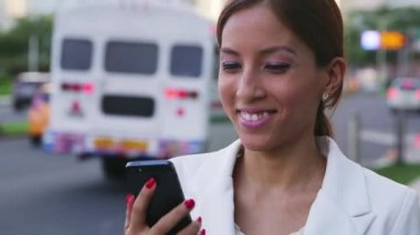 6of6 Portrait businesswoman writing text message mobile phone street — Stock Video