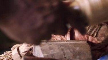 7of9 Black sculptor, artist, art, wooden statue, hands, tool — Stock Video