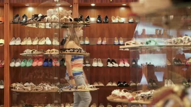 Девушки в обувных магазинах видео фото 482-298