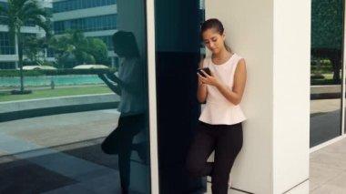 ビジネスの女性がスマート フォンを使用して — ストックビデオ