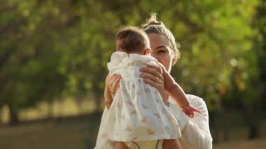 Anne ile kızı Park — Stok video
