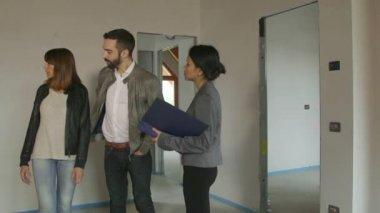 女商人女人工作作为建筑师客户在新的公寓里 — 图库视频影像