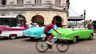 Vintage arabalar Havana Küba'da sokakta park edilmiş — Stok video