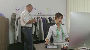 Коллеги, работающие в офисе индустрии моды мужчина женщина бизнес-команда — Стоковое видео