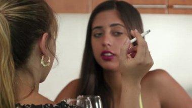 2 passiva rökare hosta nära kvinna röka cigarett — Stockvideo