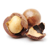 Shelled and unshelled macadamia nuts — Stock Photo