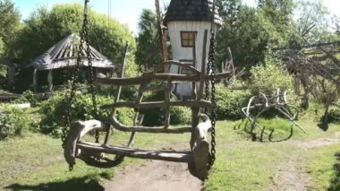 A wooden swing on the houses backyard FS700 Odyssey 7Q — Stock Video