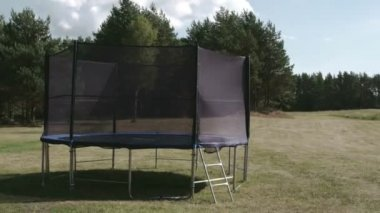 A small size trampoline on the backyard of the house FS700 Odyssey 7Q — Stock Video