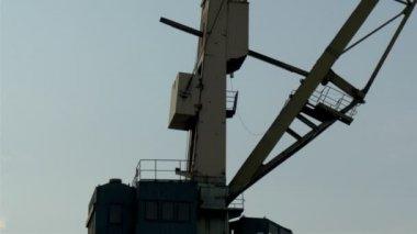 La gran parte de la grúa que opera en el puerto gh4 — Vídeo de stock