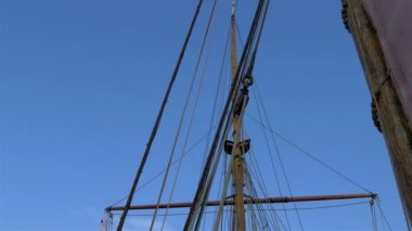 Set of ropes on the sail mast of the big ship on dock GH4 — Stock Video