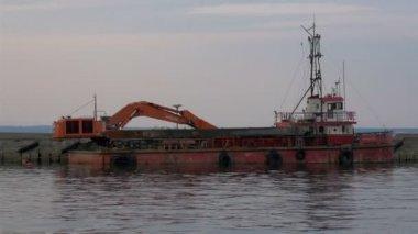 Een oude graafmachine op dock op de zee van estland gh4 — Stockvideo