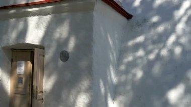 L'entrée du phare blanc à kopu Estonie gh4 — Vidéo