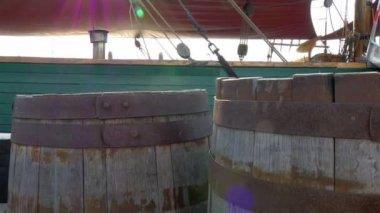 Old barrels inside galleon ship — Stock Video