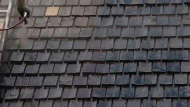 Cleaning of wooden shingles from the house's roof. — Stock Video