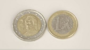 A 2 Austian Euro coin and 1 Austria Euro coin on the table — Stock Video