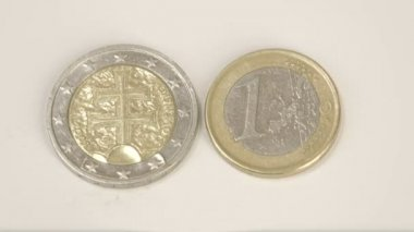 The back detail of the 2 Slovenian Euro coin and a Slovenia 1 Euro coin — Stockvideo