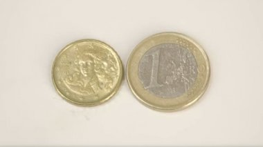 A small gold plated Italy coin and a 1 Euro coin — Stock Video