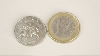 Old Lithuania 2008 coin and a 1 Euro coin — Stock Video