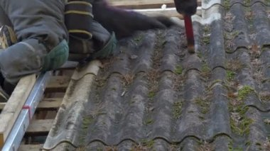 A roofer is getting off the nails from the roof plate — Stock Video
