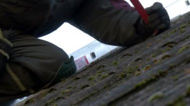 Close up look of the roofer getting off the nails — Stock Video