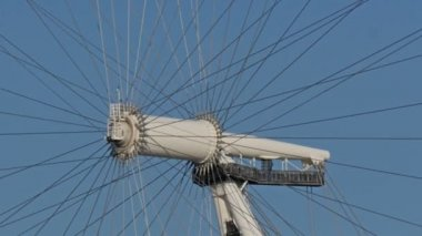 Big and sturdy tubes of London eye — Stock Video