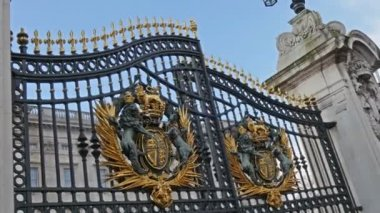 The royal gates in London — Stock Video