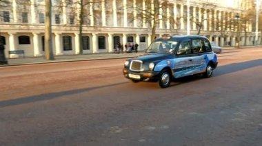 Black London taxi cab — Stock Video