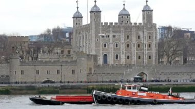 Tower of London and the big boat — Vídeo de stock