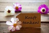 Popisek s německým textem Kraft Tanken s Cosmea Blossoms1 — Stock fotografie