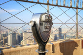 Binoculars on the Empire State Building observation deck in Manh — Stock Photo