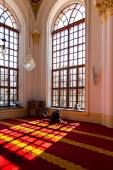 KONYA-TURKEY - 24 MARCH: An unidentified muslim man prays in Aziziye Mosque in Konya, Turkey on March 24, 2014. — Stock Photo