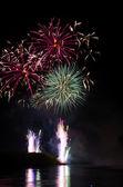 Buntes feuerwerk in der nacht — Stockfoto