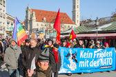 Marcia di protesta anti-Nato contro la politica aggressiva Usa in Europa — Foto Stock