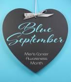 Modrou září pro Pánské zdraví povědomí měsíc zprávy pozdrav na srdce tvar tabule — Stock fotografie