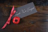 Les We Forget Poppy for Remembrance Day — Stock Photo
